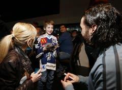 Claudia Pelli mit Sohn Jérôme holt sich ein Autogramm bei EVZ-Stürmer Josh Holden. (Bild: Stefan Kaiser / Neue ZZ)