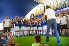 Die Spieler stellen die neuen Heimtrikots des FC Luzern den Fans vor. (Bild: Roger Grütter / Neue LZ)