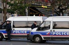 Polizeipräsident vor dem Musiktheater Bataclan, wo über 100 Personen dem Attentat zum Opfer fielen. (Bild: JULIEN WARNAND)