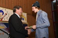Auch der Regierungsrat Res Schmid gratuliert dem WM-Sieger. (Bild: Robert Hess (Neue OZ))