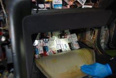 Sogar im Airbag-Fach versuchte der Mann, seine Zigaretten über die Grenze zu schmuggeln. (Bild: Eidgenössische Zollverwaltung)