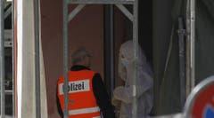 Einsatzkräfte des Kriminaltechnischen Dienstes auf der Baustelle. (Bild: Geri Holdener / Bote der Urschweiz)