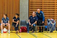 Beim Spiel des LK Zug gegen HSC Kreuzlingen. Peter Stutz und Damian Gwerder beobachten die Szene. Die beiden Trainer können zufrieden sein. (Bild: Christian H.Hildebrand / ZZ)