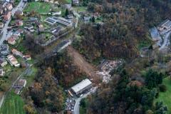 Luftaufnahme des durch einen Erdrutsch zerstörten, dreistöckigen Wohnhauses in Davesco-Soragno nahe Lugano. (Bild: Keystone)