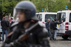 Die Polizei beim Helvetiaplatz in Zürich. (Bild: ENNIO LEANZA)