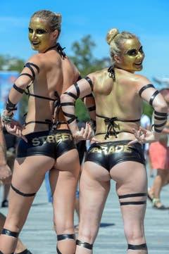 Tänzerinnen - auch um Aufmerksamkeit bemüht. (Bild: Keystone)