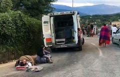 In Amatrice sitzt eine Nonne bei einem Opfer des Erdbebens.