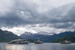 Das MS Diamant, das DS Stadt Luzern und das DS Schiller (von links) bei Weggis. (Bild: Alexandra Wey / Keystone)
