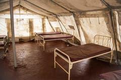 Krankenbetten im westafrikanischen Staat Sierra Leone: Hier werden Ebola-Patienten gebettet. (Bild: Keystone)