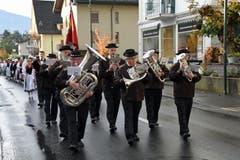 Die Neunermusik Alpnach, die vor 50 Jahren erstmals die Älplerchilbi begleitete, untermalt den Einzug mit ihren Klängen. (Bild: Robert Hess (OZ))