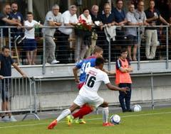 Jan Elvedi links wird von Cesar Ledesma in die Zange genommen. (Bild: Werner Schelbert (Neue ZZ))