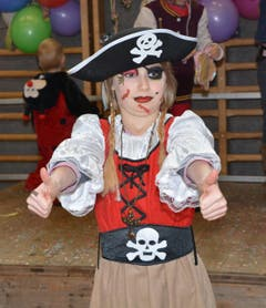 Auch einer echten Piratin darf man ein Tänzchen nicht verwehren, (Bild: Romano Cuonz)