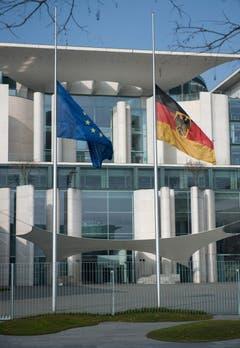 Die Flaggen in Berlin wurden auf Halbmast gesetzt. (Bild: Keystone)