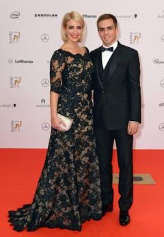 Weltmeister mit Blondine: Der deutsche Fussballer Philipp Lahm mit Ehefrau Claudia. (Bild: Keystone)