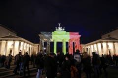 In den belgischen Nationalfarben beleuchtet: Das Brandenburger Tor in Berlin … (Bild: AP Photo / Markus Schreiber)