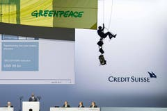 SWISS PRESS PHOTO 18 - 3. PREIS AKTUALITÄT: ENNIO LEANZA - Greenpeace-Aktivisten protestieren an der GV der Credit Suisse im Hallenstadion. (Bild: (SWISS PRESS PHOTO/Ennio Leanza fuer KEYSTONE))