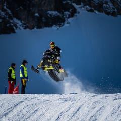Ein Schneetöff hebt ab. (Bild: Roger Gruetter | Neue LZ)