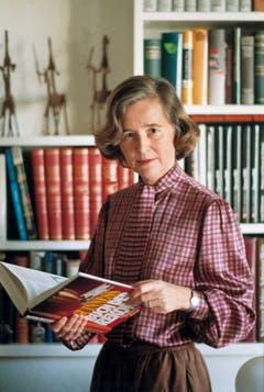 Leichte Lektüre: Elisabeth Kopp mit dem Guinness Buch der Rekorde in ihrem Haus im zürcherischen Zumikon. (Bild: Keystone)