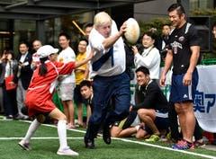 Mit konzentriertem Blick schnurstracks geradeaus: Londons Bürgermeister Boris Johnson zeigt, wos lang geht. (Bild: AP / Stefan Rousseau)