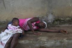 Diese Frau hat gerade einen Angehörigen verloren und trauert um ihn. (Bild: Keystone)