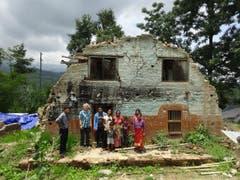 Ruth Odermatt (zweite von links) mit ìBuddhiî (links) dem Vertrauensmann der Odermatts, der Chef einer Garage in Kathmandu ist. Rechts von Ruth mit dem hellblauen Hemd ein Mechaniker von Buddhi mit seiner Familie. (Bild: Walter Odermatt)
