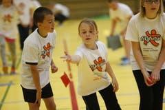 Im nur scheinbaren Durcheinander der aufgedrehten Kinder spielt man Handball, Volleyball oder undurchschaubare Stafetten, Rätsellösen am Ende inklusive. (Bild: Stefan Kaiser / Neue ZZ)