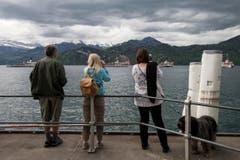 Besucher fotografieren die Dampfparade in Weggis. (Bild: Alexandra Wey / Keystone)