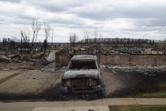 Ein sauber parkiertes Auto – niedergebrannt, wie die ganze Liegenschaft. (Bild: Ryan Remiorz/The Canadian Press via AP)