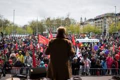 Kantonsrat Markus Bischoff spricht am traditionellen 1. Mai-Umzug in Zürich. (Bild: KEYSTONE/Ennio Leanza)