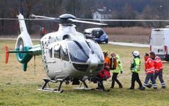 Ein Rettungshelikopter im Einsatz. (Bild: AP/Matthias Schrader)