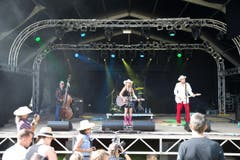 Kim Carson spielt am Samstag bei schönstem Sonnenschein. (Bild: Manuela Jans (Neue LZ))