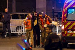 Verwundete werden aus dem Stade de France geleitet. (Bild: EPA/Ian Langsdon)