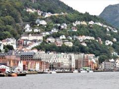 Wie es schon der Name sagt, «Bergen in Norwegen ist tatsächlich umgeben von Bergen». (Bild: Margrith Imhof-Röthlin)