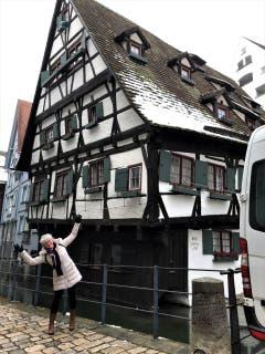 Ganz schön schief steht dieses altgotische Haus in Ulm, man kann spassen und sich sogar anpassen! (Bild: Margrith Imhof-Röthlin)