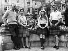 Familienfoto der Königsfamilie von Grossbritannien, aufgenommen zum 25. Hochzeitstag des Königspaares, am 20. November 1972. v.l.n.r.: Prinz Philip, Queen Elisabeth II., Prinz Edward, Prinz Andrew, Prinzessin Anne, Prinz Charles. (Bild: Keystone)