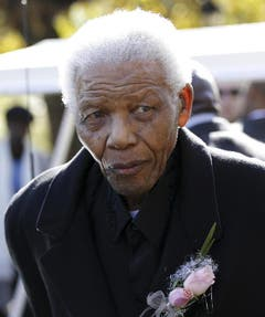 Nelson Mandela bei der Beerdigung seiner Urgrostochter Zenani Mandela in Johannesburg im Juni 2010. (Bild: Keystone)