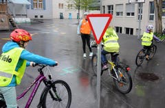 Zum Kurs gehört auch das Kennenlernen der Verkehrszeichen. (Bild: Markus von Rotz (Neue NZ))