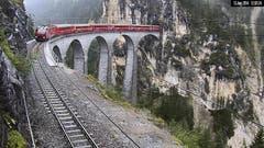 Der Zug der Rhätischen Bahn, der kurz davor vor Tiefencastel entgleiste, kurz vor dem Unglück auf dem Landwasserviadukt zwischen Filisur und Tiefencastel. (Bild: Kurt Caviezel / Webcam RhB)