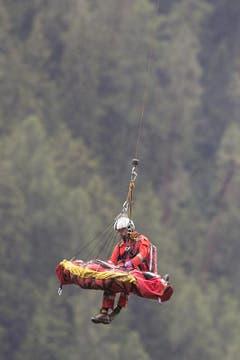 Verletzte werden von einem Helikopter herausgeflogen. (Bild: Keystone)