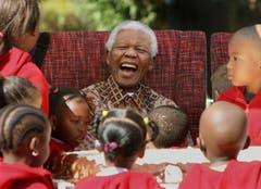 Nelson Mandela feiert seinen 89. Geburtstag im July 2007. (Bild: Keystone)