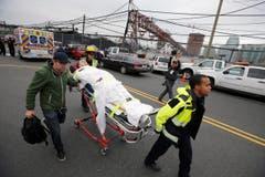 Eine verletzte Person wird von der Ambulanz abtransportiert. Mindestens drei Tote wurden von US-Medien gemeldet und über Hundert Verletzte. (Bild: EPA/GARY HERSHORN)