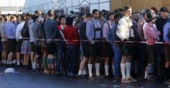 Sie warten auf die Eröffnung: Besucher des 182. Oktoberfestes in München. (Bild: Keystone / Matthias Schrader)