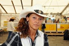Der weisse Hut ist ein Markenzeichen von Ruth Gurtner aus Thun. Gekauft hat sie ihn an einem Country-Festival in Interlaken. Strikte Kleiderregeln gibt es für sie nicht: «Ich kombiniere einfach verschiedene Sachen, bis es für mich passt», meint die 58-jährige Pflegefachfrau lachend. Auf der Klewenalp hatte sie sogar selbst einen Auftritt: Sie ist nämlich Mitglied bei der Gruppe Rodeo Line Dancer Berner Oberland. «Jeden Donnerstag gehe ich in den Kurs. Mir tut das richtig gut.» Sie sei schon immer ein Country-Fan gewesen, in die Szene sei sie «eher aus Zufall reingerutscht». (Bild: Adrian Venetz)