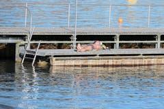 Ein Sonnenbad fast wie im Sommer am Zürichsee. (Bild: Keystone/Walter Bieri)