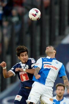 Kopfballduell zwischen Dario Lezcano (links) und Caio. (Bild: Keystone)