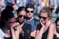 Vier Personen trauern in Nizza. (Bild: AP / Francois Mori)