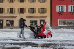 Sofort die Schneeschleuder hervorgeholt: Man weiss nie, wie schnell die weisse Pracht in Airolo wieder wegschmiltzt. (Bild: KEYSTONE/Ti-Press/Pablo Gianinazzi)