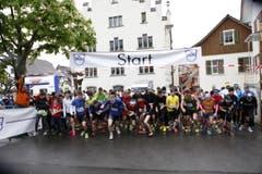 Die Bergläufer sind voll motiviert trotz schlechten Wetterbedingungen. (Bild: Patrick Hürlimann (Neue Zuger Zeitung))