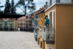 Alles wie gewohnt: Gelassen schaut ein Bewohner vom Balkon. (Bild: Gabriele Putzu/Ti-Press/Keystone)