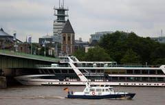Der Rhein in Köln ist für die Schifffahrt zu hoch. (Bild: Keystone)